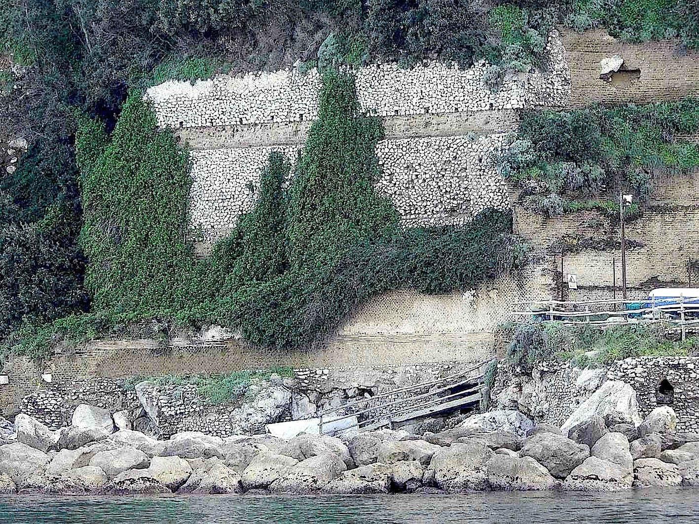 L'esedra della Villa a Mare di Tiberio invasa oggi da rampicanti