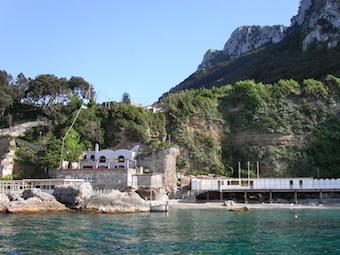 All'esedra seguono resti di piscine ed approdo con attiguo attuale noto ed accogliente stabilimento balneare - 2 maggio 2003